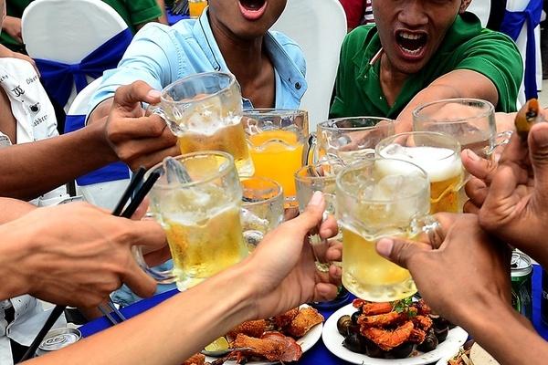 Báo Tây chỉ cách uống bia của người Việt Nam