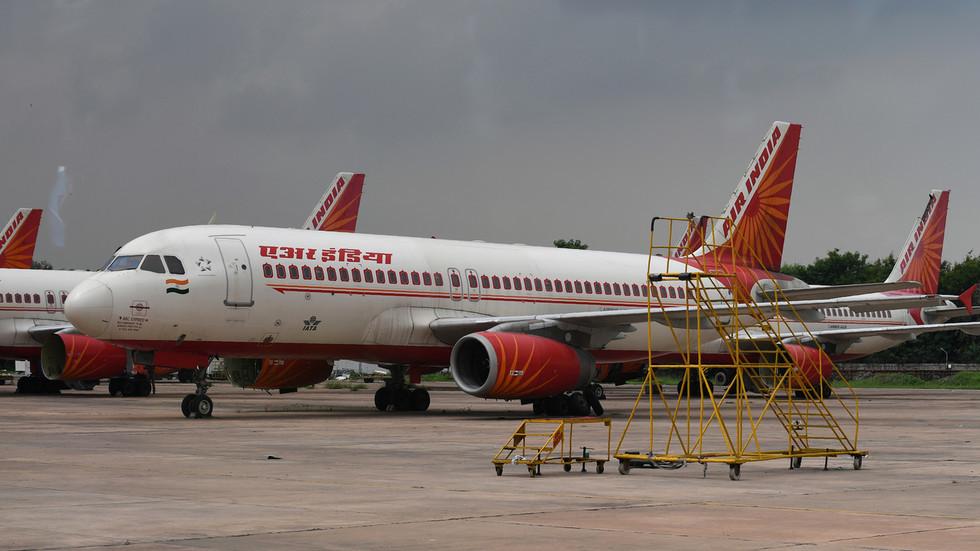 Bị nhốt hàng tiếng trên máy bay, hành khách giận dữ đòi xông vào buồng lái