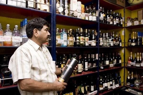 Singapore, UAE phạt nặng, bỏ tù người uống rượu bia nơi công cộng