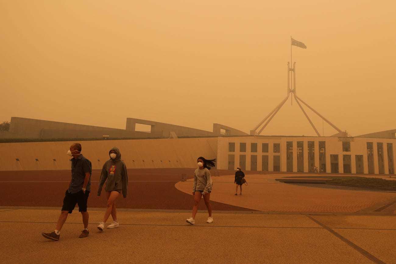 Cháy rừng, bầu trời Australia đỏ quạch như ngày tận thế