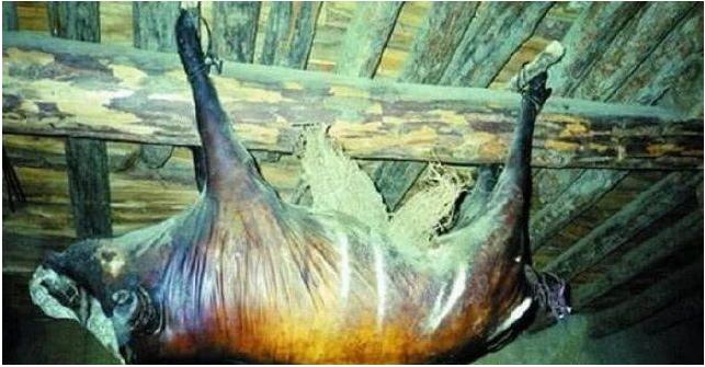 Kỳ lạ lợn treo hơn 30 năm bốc mùi thối vẫn có người trả 1,7 tỷ mua về ăn