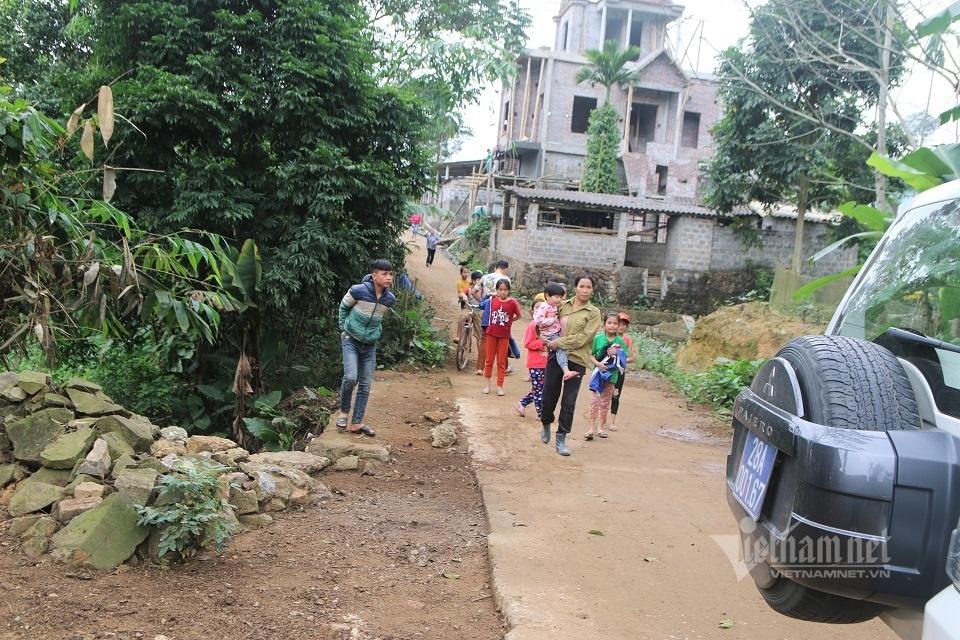 Ngày trở về thu hút khắp xóm làng của cậu bé sống thực vật 2 năm