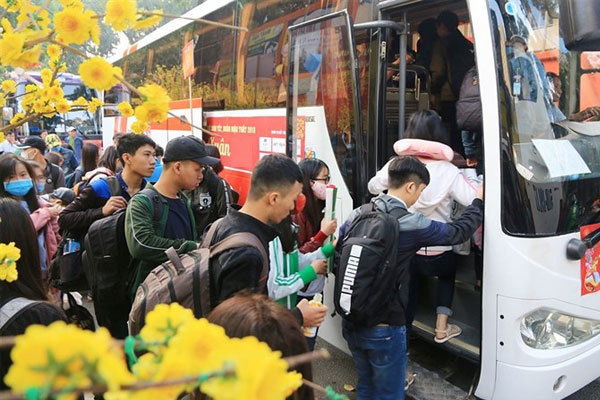 Labourers get free bus tickets, presents for Tet