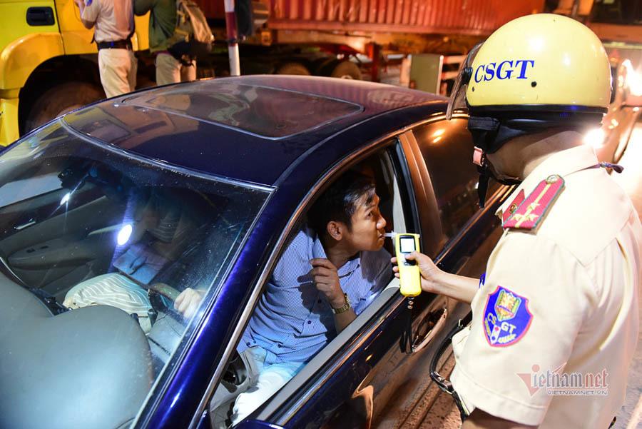 Nở rộ dịch vụ 'tôi uống bạn lái' và nỗi khổ khó nói của tài xế
