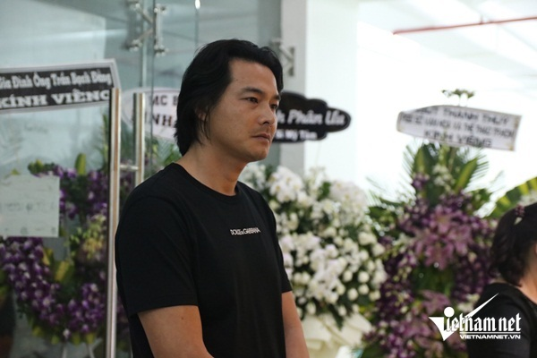 Phi Thanh Vân rơi nước mắt viếng NSƯT Chánh Tín