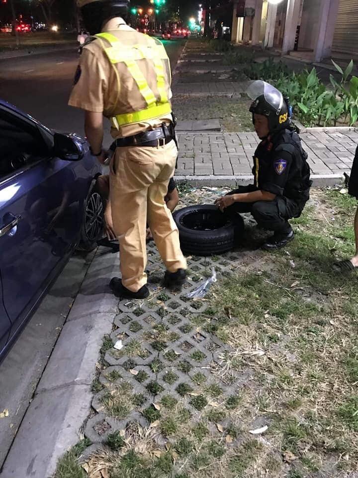 Ô tô bể bánh loạng choạng, CSGT Sài Gòn ra tay nghĩa hiệp