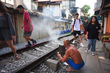 Hanoians still burn 23,000 honeycomb charcoal stoves each day