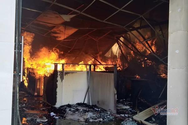 Cháy dữ dội công ty gỗ, khói đen ngút trời giữa trưa nắng ở Bình Dương