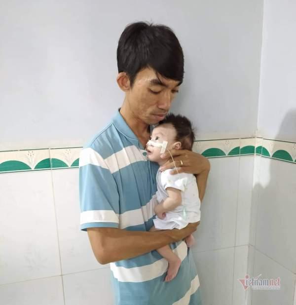 Bé trai 5 tháng tuổi khổ sở, kiệt sức vì mắc 10 căn bệnh