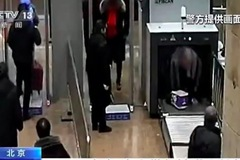 Ngại cởi đồ, hành khách chui người qua máy soi an ninh