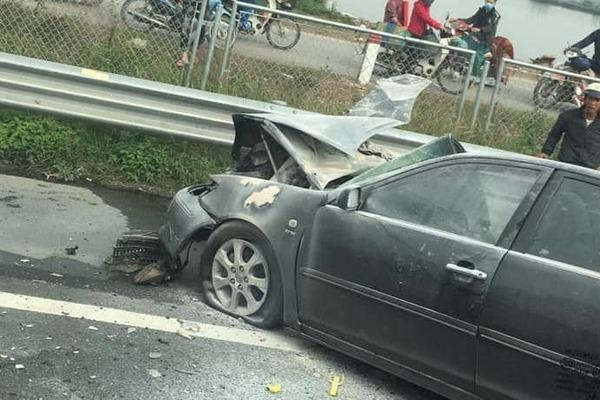 Camry nát vụn sau cú húc đuôi xe tải, tài xế phi ra khi xe bốc cháy