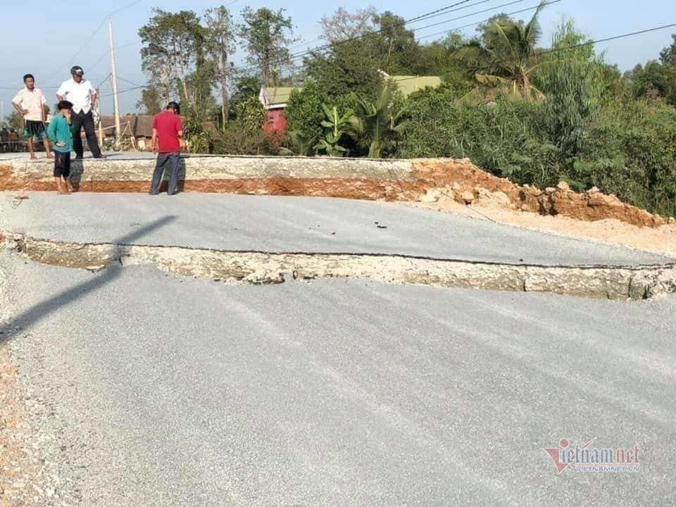 Đường tỉnh lộ gần 100 tỷ ở Long An nứt toác nghiêm trọng