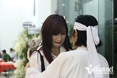 Hiền Mai òa khóc ôm vợ NSƯT Chánh Tín vì quá đau buồn