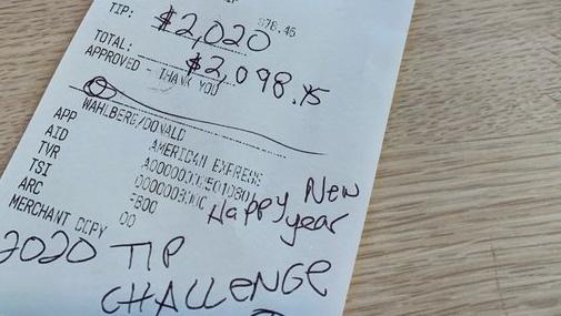 Nữ phục vụ được khách lạ tip 2.020 USD sau một bữa ăn