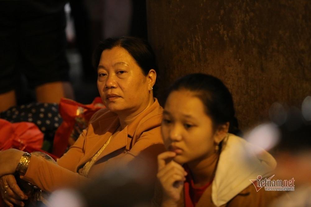 Gà gật xuyên đêm giữa biển người đón Việt kiều ở Tân Sơn Nhất