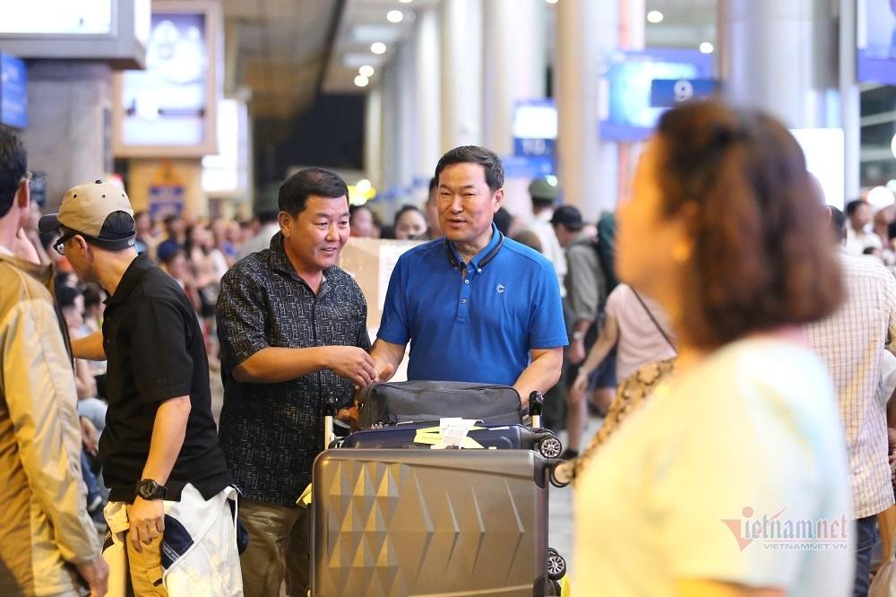 Tân Sơn Nhất 'căng sức' chống ùn tắc trong lẫn ngoài sân bay
