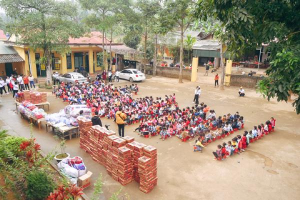 Tặng áo ấm cho học sinh vùng khó Yên Bái