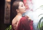 Quỳnh Nga mặc áo dài Tết hở lưng