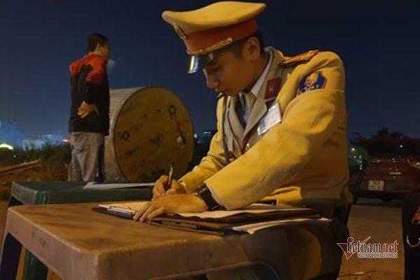 Trốn CSGT, xưng là 'công an về hưu', tài xế say xỉn đâm vào ngõ cụt