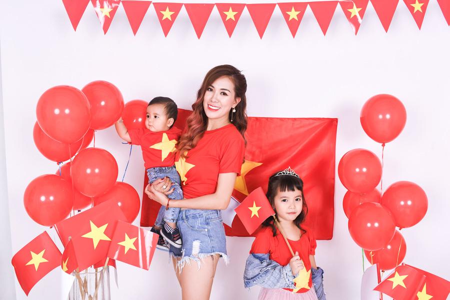 Mai Thỏ cùng 2 con chụp ảnh cổ vũ đội tuyển Việt Nam vô địch U23 Châu Á 2020