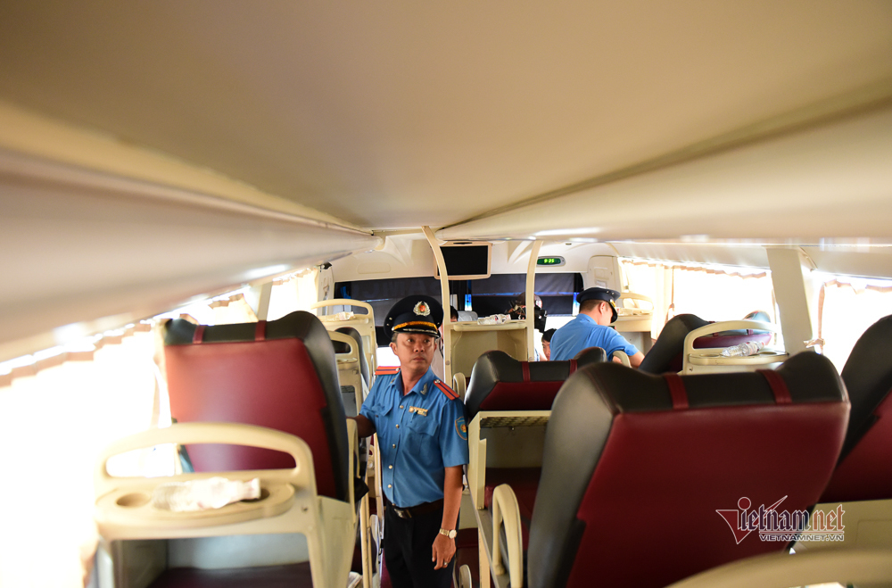 CSGT 'xông' bến xe khách đầu năm, đo nồng độ cồn tài xế