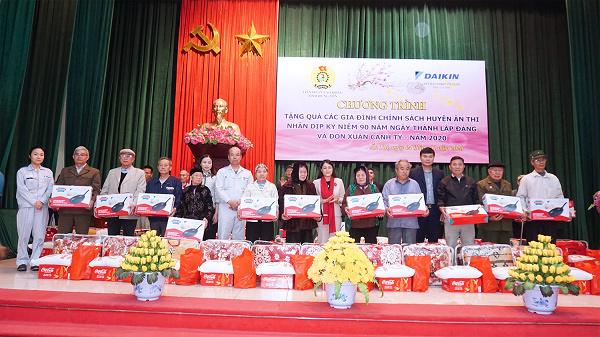 Daikin Việt Nam tặng quà Tết cho 100 gia đình khó khăn ở Hưng Yên