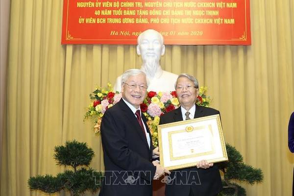 Nguyên Chủ tịch nước Trần Đức Lương nhận huy hiệu 60 năm tuổi Đảng