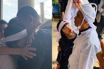 GIÂY PHÚT NGHẸN NGÀO: Con trai nghệ sĩ Chánh Tín nhìn mặt cha lần cuối, khóc òa trước quan tài