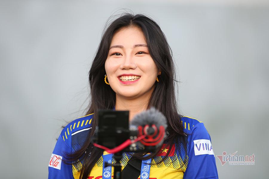 Nữ phóng viên Hàn Quốc xinh đẹp mặc áo U23 Việt Nam gây sốt