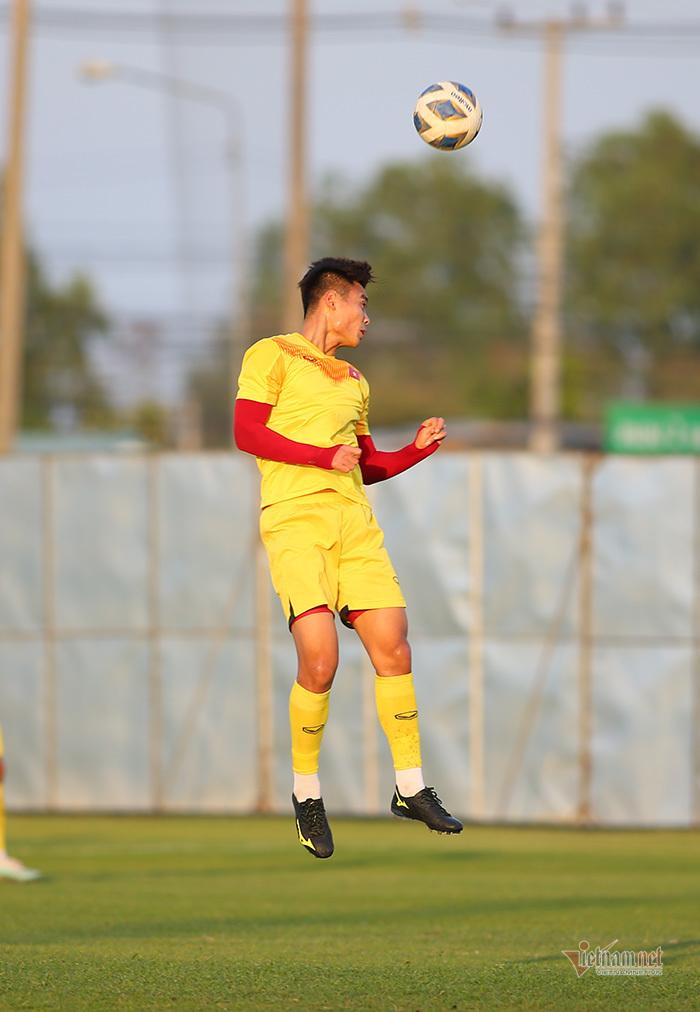 U23 Việt Nam luyện bóng bổng, thầy Park nhận tin không vui