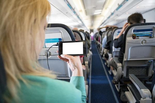Vì sao phải tắt điện thoại khi đi máy bay?