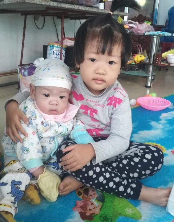 Sau ca sinh ngồi, bé Bình An 8 tháng bắt đầu tập đi
