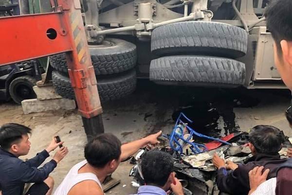Ô tô chở cát lật đè chết 2 ông cháu ở Hưng Yên