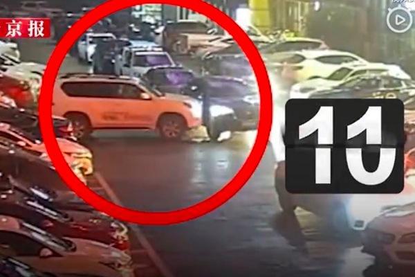 Hành động sốc của tài xế nữ khi ô tô bị chắn đường
