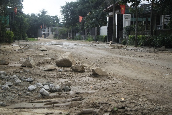 Bẫy lẩn khuất khắp đường, dân lấy đá ngăn xe quá tải