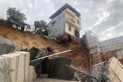 Bờ kè ở Hạ Long sạt lở, nhà 3 tầng chênh vênh trực sập