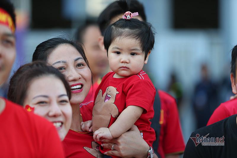 CĐV mang theo con 1 tuổi vượt nghìn km cổ vũ U23 Việt Nam