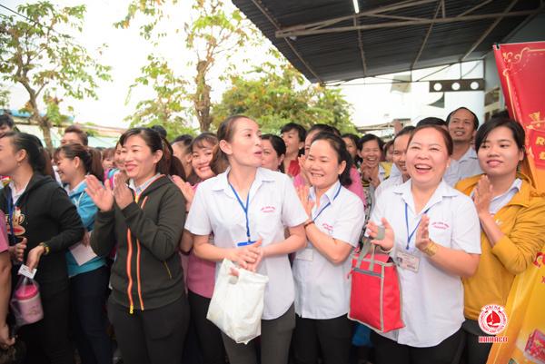 Công ty bánh kẹo Hải Hà tặng quà Tết cho người lao động