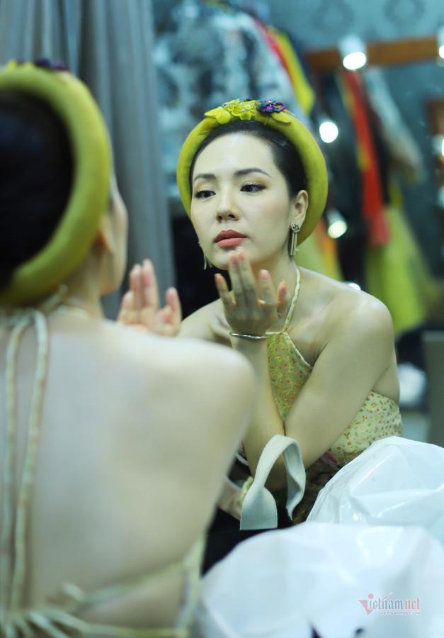 Vân Dung, Phương Linh khoe eo và lưng trần ở Gặp nhau cuối năm