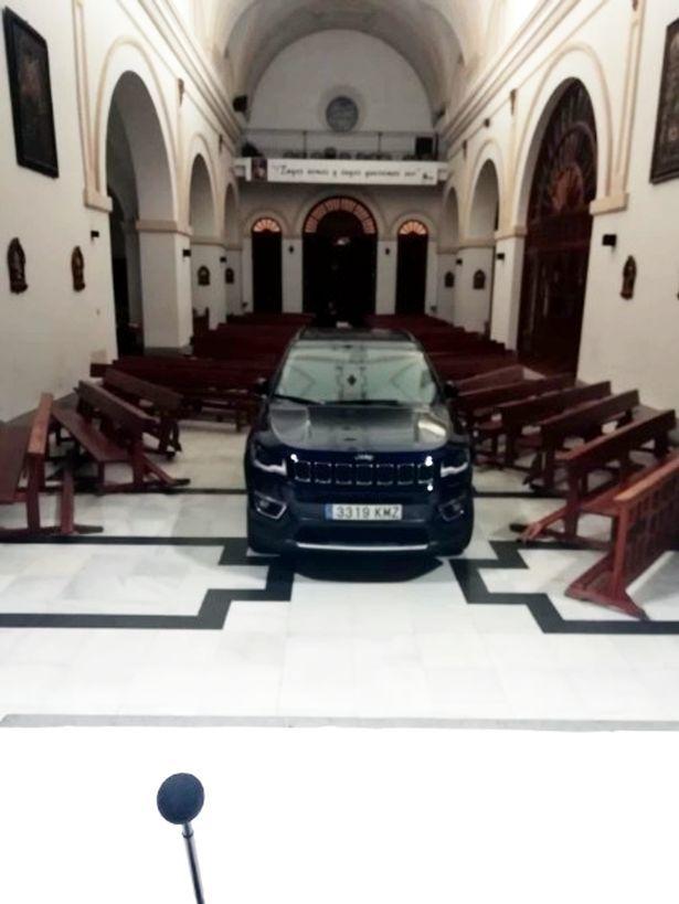 Nghĩ mình bị 'quỷ nhập', người đàn ông lái xe đâm thẳng vào nhà thờ