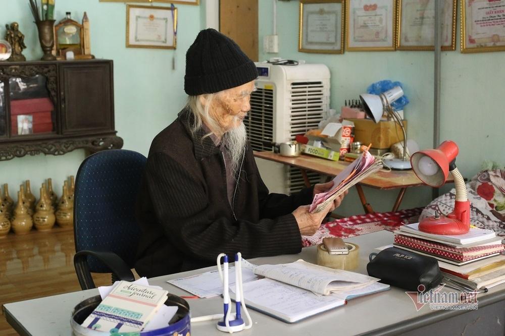 'Tiên ông' 98 tuổi chữa bệnh miễn phí cho người nghèo