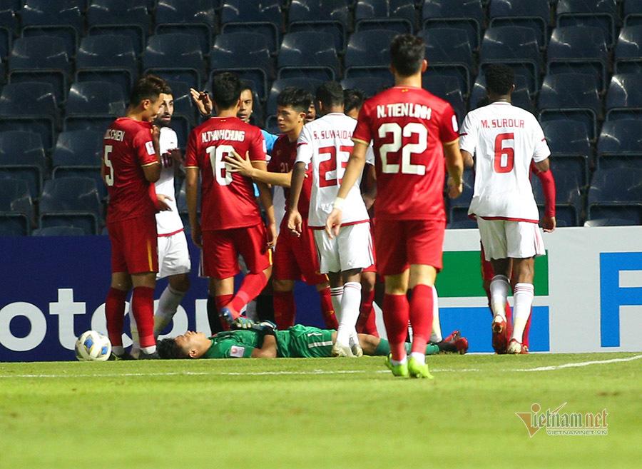 Bùi Tiến Dũng tiết lộ chấn thương, HLV Park Hang Seo lo sốt vó
