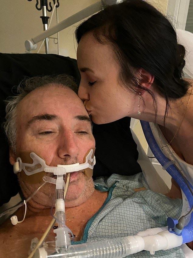 Cha ruột hấp hối vì ung thư, con gái tổ chức hôn lễ ngay trước giường bệnh