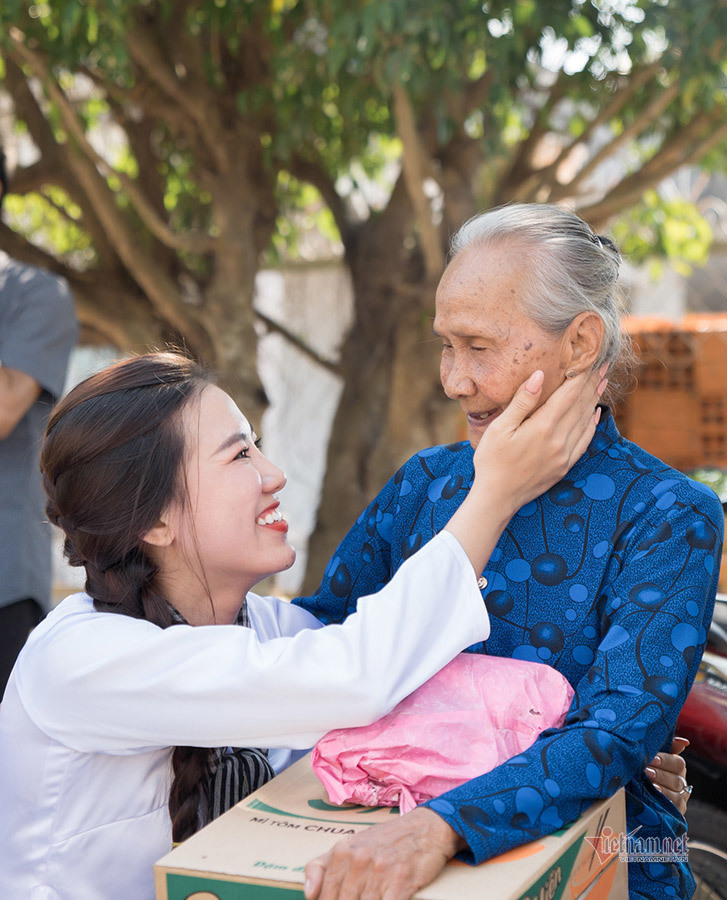 Á hậu Kim Duyên đi dép tổ ong thăm lại quê nhà
