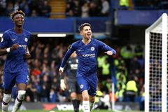 """Đè bẹp Burnley, Chelsea cho MU """"hít bụi"""""""