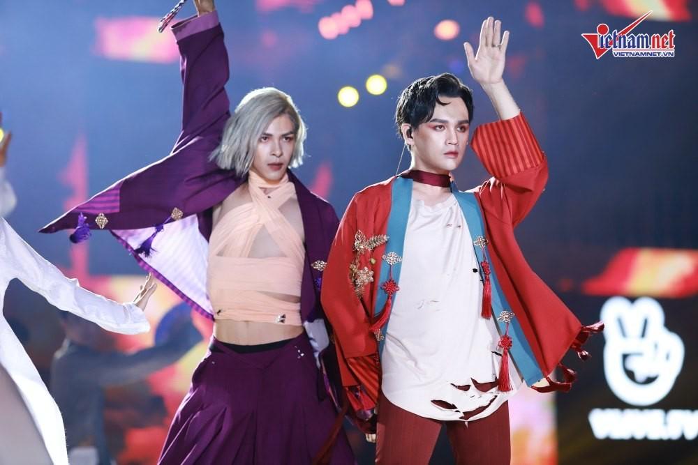 HyunA vai trần bốc lửa, đốt cháy sân khấu cùng Monsta X