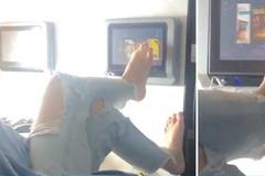 Người phụ nữ bị chỉ trích vì dùng chân vuốt màn hình tivi trên máy bay
