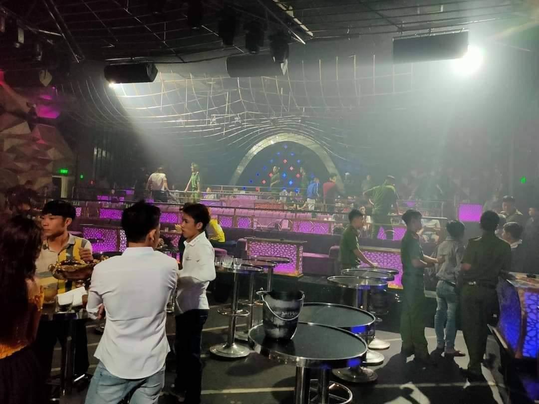 Tiếp viên quán karaoke ở Đồng Nai khỏa thân tiếp khách