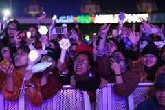 Hàng nghìn người hâm mộ đội mưa xem Đại nhạc hội K-Pop Super Concert