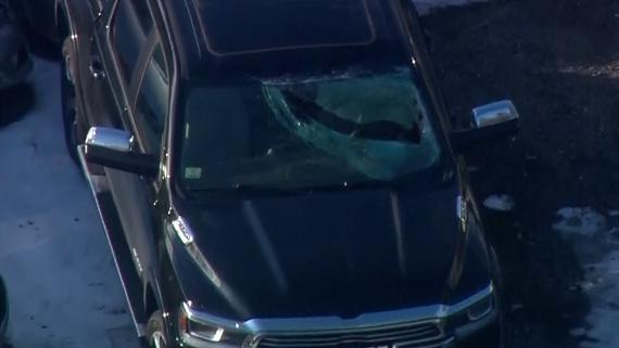 Mảnh băng bay đâm xuyên kính ô tô, tài xế rách mặt